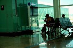 Entretenido... (ZAP.M) Tags: aeropuerto aeropuertodelprat barcelona cataluña españa zapm mpazdelcerro flickr sony sonyevil sonya5100 momentos reflejos siluetas