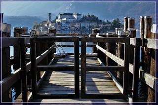 Oltre il cancello, tra il lago ed il cielo, c'è un piccolo lembo di terra, è l'isola di San Giulio.