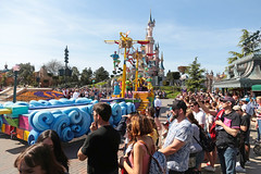 Central Plaza - Disneyland Park (France) (Meteorry) Tags: europe france idf îledefrance seineetmarne marnelavallée disneyland disneylandparis eurodisneysca thewaltdisneycompany waltdisney themepark park parc april 2018 meteorry disneylandpark mainstreetusa centralplaza parade pirates people crowd castmembers actors châteaudebelleauboisdormant sleepingbeautycastle chessy