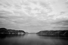 Le terrain de jeu des bélugas et des rorquals... (woltarise) Tags: fjord saguenay parcmarin ansederoche québec rivière argentique film ilford panf50 leica m6 235mmasph télémétrique