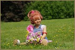 Sanrike ... Blümchen für Euch ... (Kindergartenkinder 2018) Tags: lembeck kindergartenkinder annette himstedt dolls sanrike blume garten schloss gras