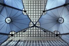 Sous la Grande Arche (erichudson78) Tags: france iledefrance hautsdeseine ladéfense lagrandearche architecture canoneos6d canonef24105mmf4lisusm symétrie symmetry lignes lines modernarchitecture