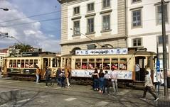 Peak hour at Carmo (ernstkers) Tags: 213 220 bonde brill lightrail porto portugal stcp stcp213 stcp220 streetcar tram tramvia tranvia trolley