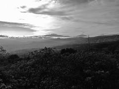 Iztaccíhuatl y Popocatépetl (puntokom) Tags: ciudaddeméxico méxico paisaje airelibre monocromático monochrome montaña montain ciclopista cielo sky