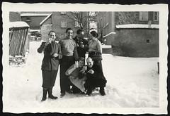 Archiv P144 Schnee in Nassau, 1950er (Hans-Michael Tappen) Tags: archivhansmichaeltappen gruppenfoto männer frauen outdoor fotorahmen schürze kleidung zigarette snow schnee getränkeglas korb handkorb 1950s 1950er