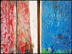 Tulln (Harald Reichmann) Tags: tulln holz brett farbe verwitterung rot weiss blau bank upcycling alltagskunst muster