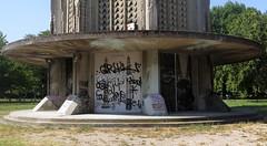 Où étais-je ? Au pied de la Tour Perret à Grenoble (Sokleine) Tags: graffiti tags tour tower perret augusteperret architecture heritage mh monumenthistorique grenoble 38000 rhônealpes isère france