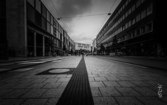 Hannover (tiefgestapelt) (Bajazzo70) Tags: hannover niedersachsen nikon schwarzweiss monochrom architektur strasenbahn pflaster