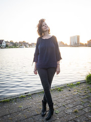 Hanneke, Sugar City 2018: Crossed legs (mdiepraam) Tags: hanneke sugarcity halfweg 2018 portrait pretty attractive beautiful elegant classy gorgeous dutch redhead woman lady naturalglamour curls bluetop leather boots mature milf sunset factory water sky