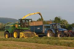 John Deere 8600 SPFH filling a Kane Halfpipe Trailer drawn by a New Holland TM155 Tractor (Shane Casey CK25) Tags: john deere 8600 spfh filling kane halfpipe trailer drawn new holland tm155 tractor nh cnh blue newholland jd green self propelled forage harvester glanworth traktor traktori trekker tracteur trator ciągnik silage silage18 silage2018 grass grass18 grass2018 winter feed fodder county cork ireland irish farm farmer farming agri agriculture contractor field ground soil earth cows cattle work working horse power horsepower hp pull pulling cut cutting crop lifting machine machinery nikon d7200