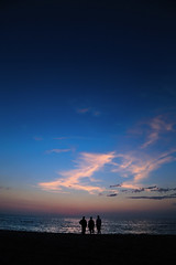 3 men waiting for dawn (alestaleiro) Tags: dawn amanecer sunrise céu cielo sky 3people 3men estaleiro praia playa strand alestaleiro estaleirobeach praiadoestaleiro spieggia plage beach atessa espera