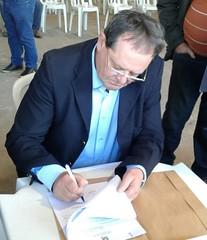 08/06/18 - Esteio/RS: entrega de maquinário com Governador Sartori para diversos municípios gaúchos. Ato de assinatura do prefeito Oregino Francisco - PDT, de Pareci Novo.