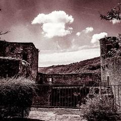 Forteresse (Napafloma-Photographe) Tags: aveyron château belcastel castle landscapebandw landscape paysageennoiretblanc paysage bw noiretblanc bandw blackandwhite france fr napaflomaphotographe