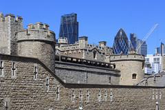 London - Tower of London in front of the Skyline (Michael.Kemper) Tags: canon eos 6d 6 d canoneos6d canonef2470f4lisusm ef 2470 f4l f4 l is usm voyage travel travelling reise london gb great britain grosbritannien uk united kingdom vereinigtes königreich england her majestys royal palace fortress tower festung burg castle unesco weltkulturerbe world heritage site cheesegrater 30 st mary axe swiss re building the gherkin