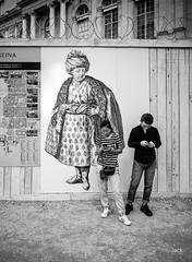en passant par Versailles (Jack_from_Paris) Tags: l1011873bw leica m type 240 10770 leicaelmaritm28mmf28asph 11606 dng mode lightroom capture nx2 rangefinder télémétrique bw noiretblanc noir et blanc monochrom wide angle street château de versailles visite portrait regards palissade affiche bois touristes smartphone
