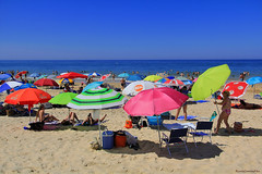 Sombrillas - Umbrellas (ricardocarmonafdez) Tags: huelva matalascañas playa beach orilla shore seashore horizonte horizon cielo sky blue mar sea sombrillas umbrellas color people light sunlight arena sand sombras shadows 60d canon 1785isusm