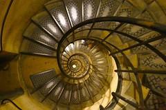 Escalera en arco del triunfo, Paris (eustoquio.molina) Tags: escalera caracol arco triumfo francia paris