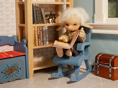 Alvin finally finds some time for his books. (steen76) Tags: knitting miniature ruthiepooh goblin ignatz bjd micro daisydayes