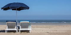 a space with a view (rey perezoso) Tags: 2018 belgium eu nordsee northsea maregermanicum atlantic ocean blue dehaan coqsurmer umbrella belgique belgië beach playa europa strand deckchair sand mar horizon meer europe ship