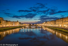 Another hour later (part 3/3) (JdJ Photography (www.jdj-photography.nl)) Tags: pontesantatrinita arno florence firenze stad city toscane tuscany toscana italië italy italia europa europe continent avond evening night blauweuur bluehour wolken clouds ponteallacarraia brug bridge rivier river reflectie reflection autos cars geparkeerd parked straatverlichting streetlights