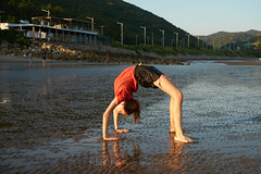 Skylne Trip to 金海沙滩 Gymnasts 05 (C & R Driver-Burgess) Tags: young teen preteen girl beach sand wet ripples sunset sea reflection two couple pair togs bathing suit bathers black shorts orange teeshirt purple bare feet long golden hair short slender slim tall asian caucasian scenery horizon bridge cartwheel headstand elegant energetic beautiful happy together watch muddy sandy poise skill jump sky ocean water tamron tamronspaf2875mmf28xrdildasphericalif