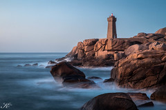 Côte de Granit Rose_IMG_6891 (Svenja Kalus) Tags: côte côtedegranitrose sonnenuntergang sunset lighthouse leuchtturm wasser meer rot orange blau blauestunde lzb langzeitbelichtung nd filter longexposure bretagne france frankreich