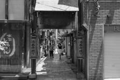 Houzenji Yokocho (Alley) (Hideki Iba) Tags: alley street people nikon d850 town city urban osaka japan hozenjiyokocho monochrome blackandwhite whiteandblack bw 黑白 白黒 法善寺横丁 大阪 日本 法善寺