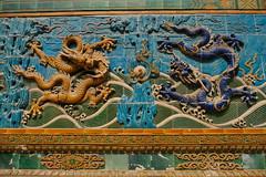 XE3F1348 - Muro de los Nueve Dragones (Parque Beihai) - Nine-Dragon Wall (Beihai Park) (Enrique R G) Tags: 九龙壁 jiǔ lóng bì ninedragon wall screen muro nuevedragones jiǔlóngbì ninedragonwall ninedragonscreen murodelosnuevedragones bailando dancing parque beihai parquebeihai park beihaipark pekín beijing china fujixe3 fujinon18135