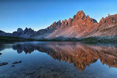 changing light (judith.kuhn) Tags: natur nature landschaft landscape berge mountains gipfel peaks paternkofel reise travel italien italy alpen alps dolomiten dolomites südtirol southtyrol water wasser reflection spiegelung see lake teich pond sunrise sonnenaufgang