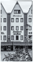 Köln 2018-Altstadt, Fassaden (nbrausse) Tags: 201807 deutschland fotogruppe2 innenstadt köln nrw stadtbesichtigung altstadt nachkriegsarchitektur gastronomie giebehäuser bw monochrom sw rheinufer