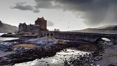 Scottish Castle (Raúl Alejandro Rodríguez) Tags: castillo castle nubes clouds puente bridge lago loch eilean donan escocia scotland ru uk nwn