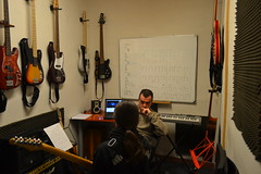 """01 Clases de guitarra • <a style=""""font-size:0.8em;"""" href=""""http://www.flickr.com/photos/158134010@N02/43423838561/"""" target=""""_blank"""">View on Flickr</a>"""