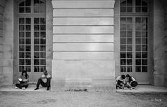 en passant par Versailles (Jack_from_Paris) Tags: l1011874bw leica m type 240 10770 leicaelmaritm28mmf28asph 11606 dng mode lightroom capture nx2 rangefinder télémétrique bw noiretblanc noir et blanc monochrom wide angle street château de versailles visite portrait regard attente sol fenêtre window touristes pause
