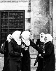 Girls having fun at Al Aqsa Mosque (remera) Tags: xe1 fujifilmstreet fujifilm fuji candidphotography candid streetphotography street blackandwhite islam school photo photography domeoftherock middleeast oldcity jerusalem