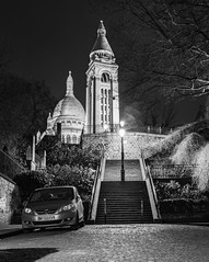 Sacrée coeur nb de dos (Rudy Pilarski) Tags: escalier marche sacrée coeur nb bw monochrome paris capital tree monument europe europa light lumière luz ambience night nuit france d7100 tamron 2470 nikon longpose architecture architectura urbain urban urbano old ancien viare car voiture pavées
