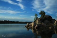Nubes esteladas... (cienfuegos84) Tags: nubes nube cloud clouds embalse water atardecer sunset azul blue
