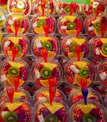 Frutas en el Mercado de La Boquería, Barcelona, España (Edgardo W. Olivera) Tags: tenedor fork fruta fruit mercado market laboquería europe europa panasonic lumix gh3 edgardowolivera microfourthirds microcuatrotercios españa spain