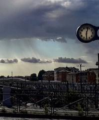 Ore 18.03 (#mimesi) Tags: orologio ponte stazione case nuvole