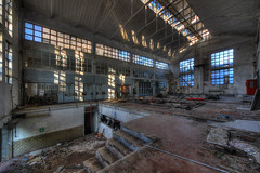 A l'arrêt (urban requiem) Tags: urbex urban exploration urbanexploration urbanrequiem verlaten verlassen abandonné abandoned abbandonata abbandonato lost old decay derelict hdr 600d 816 sigma italie italia italy occulus tower occulustower factory usine