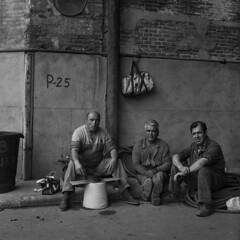 Lunch (Julio López Saguar) Tags: juliolópezsaguar madrid españa spain ciudad city urban urbano blancoynegro blackandwhite película film madridvidamía madridmylife obreros workers tres three almuerzo lunch
