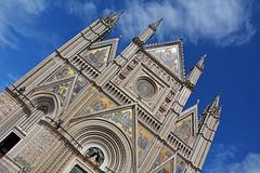 Il Duomo  di  Orvieto (Giuliana 57) Tags: orvieto umbria italia duomo duomodiorvieto cattedrale architettura arte cielo sky nuvole nubi clouds giulianacastellengo giuliana57 reflex nikond5200 archi guglie mosaici edificio rosone