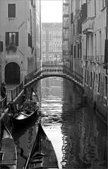 (frscspd) Tags: 66710002 20180102 pentax pentaxmx mx takumar takumar58mm 58mm ilford ilfordxp2 ilfordxp2400bw xp2 film filmgrain reflection reflections venice venezia canal canale bridge gondola sotoportegodeleostreghe