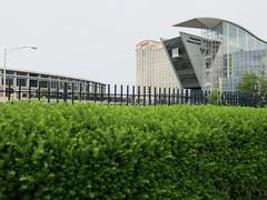 Einzäunen + aushecken / Hedging + Fencing (bartholmy) Tags: hartford ct hecke zaun hedge fence connecticutsciencecenter conventioncenter hotel marriott gebäude buildings architektur architecture strasenlaterne streetlamp