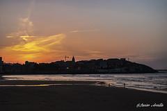 Viendo atardecer desde San Lorenzo (Javier Arcilla) Tags: playa gijon asturias españa mar atardecer cielo nubes sombras pentax pentaxk70 k70 1855mm pentax1855mm sanlorenzo