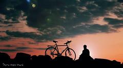 """Des inséparables... ( P-A) Tags: silhouette soircouleur repos cycliste sport activitépleinair santé briselames cvgr marina photos simpa© """"nikonflickraward"""" photoquébec"""