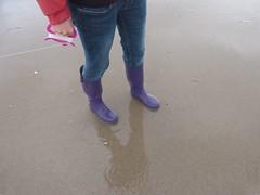 Beach walk (willi2qwert) Tags: rubberboots rainboots regenstiefel wellies wellingtons women wasser wet water wave watt beach strand gummistiefel gumboots girl gummistövlar