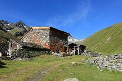 chalet des Planards (bulbocode909) Tags: valais suisse bourgstpierre valdentremont combedesplanards chaletdesplanards ruines murs montagnes nature paysages vert bleu