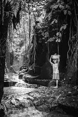 Wundervolles Bali (Markus Jaschke) Tags: fujifujixe3asienbalisingapur2018 fuji kecamatantabanan bali indonesien id fujixe3 fujifilm bw sw schwarzweis stone steine menschen dschungel jungle water wass wasser flus river steinbruch