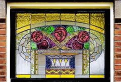 Kleurig glasninlood (Roel Wijnants) Tags: ccbync roelwijnants roelwijnantsfotografie roel1943 glasinlood raam kleurig decoratie patronen rozen kleur glas ambacht glazenier