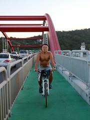 八里關渡大橋.阿強這麼 high? (nk@flickr) Tags: friend taiwan cycling 20180714 台湾 台北 taipei 阿強 八里 bali 台灣 canonefm22mmf2stm